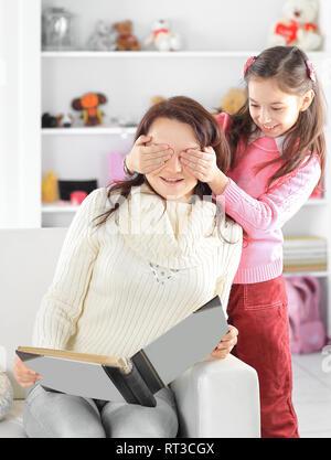 Heureux famille aimante. Jeune mère et sa fille fille jouer dans la chambre d'enfant