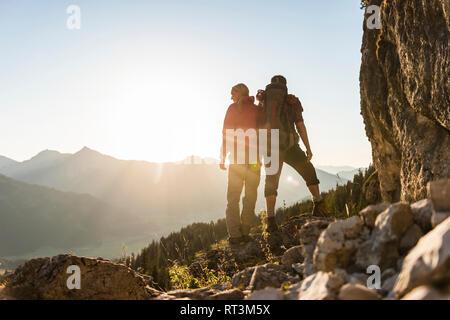 Couple debout sur une montagne, looking at view Banque D'Images
