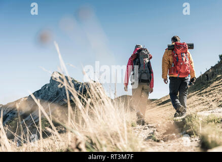 Autriche, Tyrol, couple hiking dans les montagnes Banque D'Images