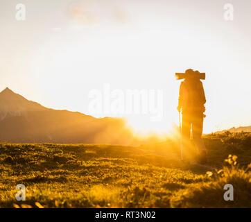 Couple hiking dans les montagnes autrichiennes Banque D'Images