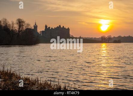 Coucher de soleil sur Linlithgow Loch et le Palais de Linlithgow, West Lothian, lieu de naissance de Marie, Reine des Écossais. Banque D'Images