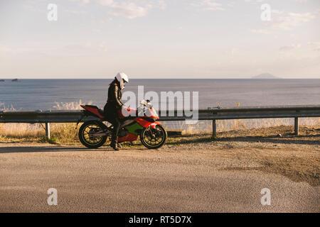 L'Italie, l'île d'Elbe, femme motocycliste à viewpoint