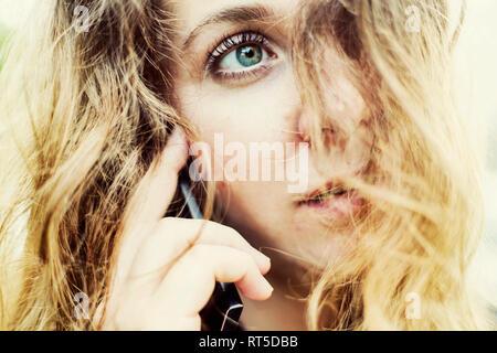 Portrait de jeune femme au téléphone, close-up