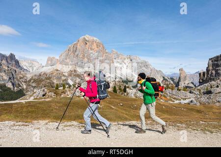 L'Italie, Cortina d'Ampezzo, deux personnes de la randonnée dans la région de montagne Dolomites Banque D'Images