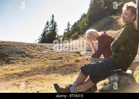 Randonnées couple sitting in front of mountain hut, prendre une pause Banque D'Images