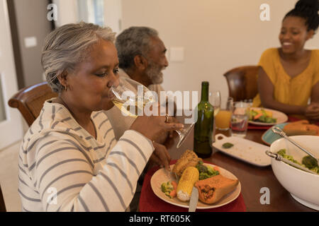Multi-generation African American family eating dinner sur table à manger à la maison Banque D'Images