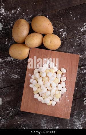 Goodies de pommes de terre crues sur table en bois Banque D'Images