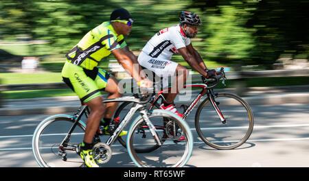 La ville de New York, USA - 15 août 2018: deux hommes africains-américains sont la formation sur la voie des vélos de course dans Central Park à new york. Banque D'Images