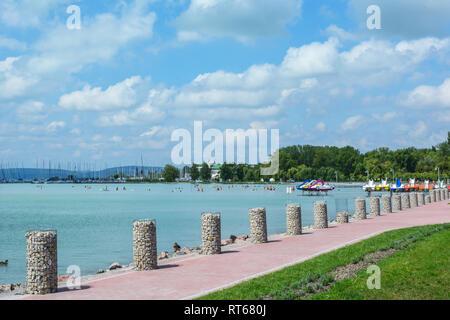 Belle plage avec des bateaux à voile et de pédalos au Lac Balaton en Hongrie Banque D'Images