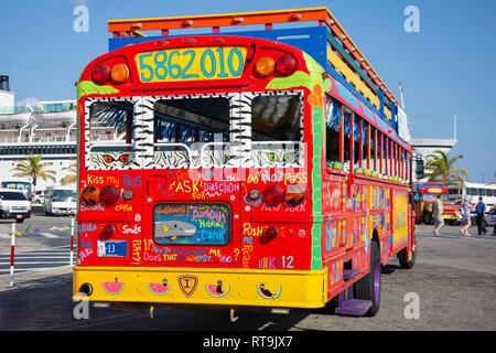 Kunuku colorés Kukoo Kitchen Party Bus sur le bord de mer, Oranjestad, Aruba, les îles ABC sous le vent, Antilles, Caraïbes