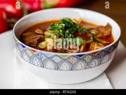 Traditionnel ouzbek lagman avec de la viande Banque D'Images