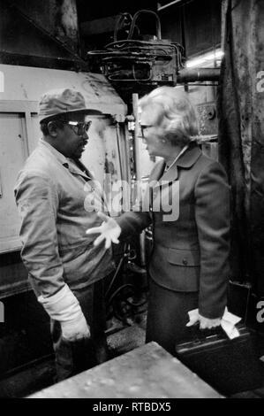 Mme Margaret Thatcher 1979 Élection générale sur la campagne électorale. Visite de l'usine dans l'Ouest des Midlands. 1970 UK parler à mâle noir employé d'usine. 1970 UK HOMER HOMER SYKES SYKES Banque D'Images