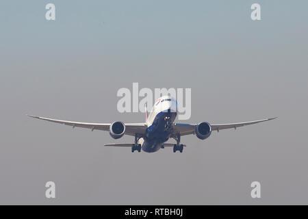 Un British Airways Boeing 787 Dreamliner escalade après le décollage de l'aéroport d'Heathrow à Londres, Royaume-Uni. Banque D'Images