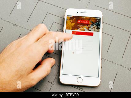 PARIS, FRANCE - Sep 26, 2016: hand holding nouveau Apple iPhone 7 Plus après déballage et test par l'installation de l'application le logiciel d'application des services bancaires en ligne banque Santander Banque D'Images