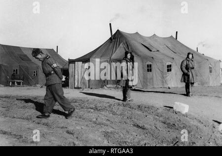 Sentinelles devant la tente qui accueille les négociations, Corée 1952 Panmunjeom