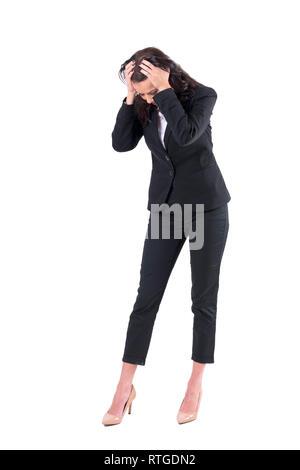 Worried business woman with head in Hands Down à la recherche de quelque chose de perdu. Corps plein isolé sur fond blanc. Banque D'Images