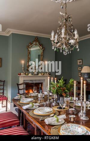 Table à manger en acajou avec des chaises capitonnées de Regency stripe avec cheminée en anglais