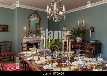 Table de salle à manger en acajou et géorgienne bahut avec des chaises capitonnées de Regency stripe avec cheminée en anglais