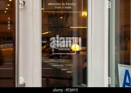 Un signe sur la porte d'une Dig Inn restaurant à New York potentiel informe diners que l'établissement n'accepte pas les espèces, seules les cartes de débit et de crédit, vu le Dimanche, Février 24, 2019. (© Richard B. Levine)
