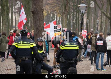 La Haye, Pays-Bas. 24 novembre 2018. Policiers regardant une manifestation pacifique contre le premier ministre Mark Rutte Banque D'Images
