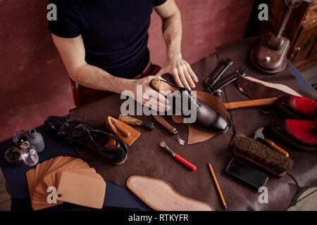 Original, œuvres d'art novatrices du personnel compétent et talentueux créateur de chaussures. close up portrait phot Banque D'Images