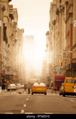 Le soleil brille sur la ville de New York street urbain anonyme avec les gens, les voitures et trouble les taxis jaunes Banque D'Images