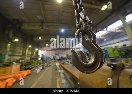 Concept industriel. Un aperçu sur le site de construction à l'intérieur de la plaque de fabrication. Un crochet de grue Banque D'Images