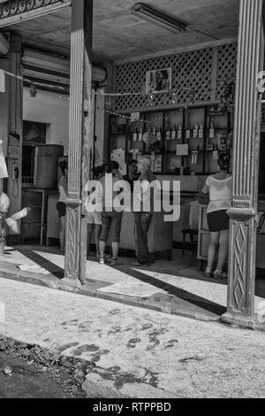 La Havane, Cuba - 12 janvier 2013: une vue sur les rues de la ville avec des cubains. Les gens attendent en face d'une entreprise. Banque D'Images