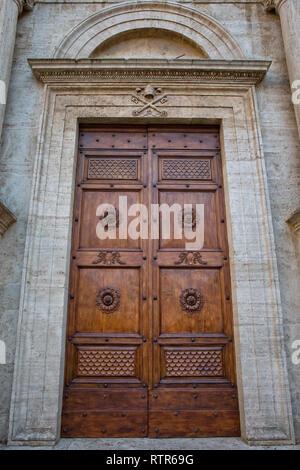 Détail de la porte de la cathédrale de Pienza. Porte d'entrée de la cathédrale de Santa Maria Assunta à la place principale de Pienza, Toscane, Italie Banque D'Images