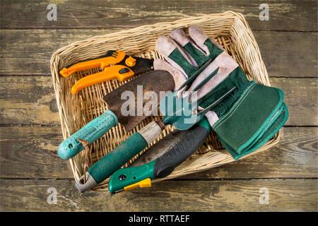 Un panier de bien utilisé d'habitude des outils à main de jardinage Banque D'Images