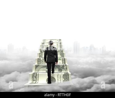 Businessman climbing l'argent escalier avec arrière-plan gris cityscape cloudscape Banque D'Images