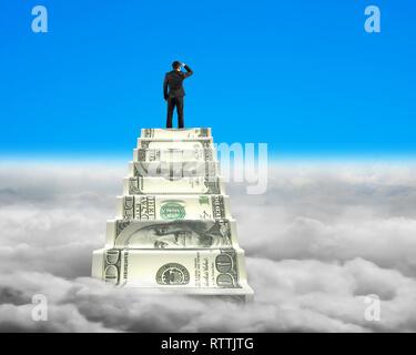 Businessman atteindre le haut de l'escalier de l'argent à la recherche autour de ciel bleu avec fond cloudscape Banque D'Images