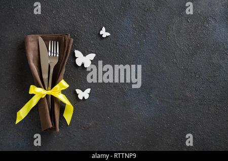 Table de fête pour le dîner de Pâques de vacances, un anniversaire ou la fête des mères sur le tableau noir. Banque D'Images