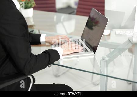 Close up hands le multitâche man connexion connexion Wi-Fi au réseau local Banque D'Images