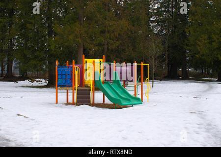 Aire de jeux colorée station au cours de l'hiver avec neige au sol. Banque D'Images