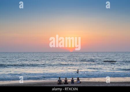 Les gens sur la plage au coucher du soleil, d'Agonda à Goa, en Inde. Banque D'Images