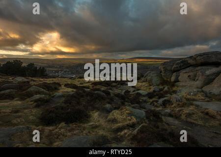 Moody skies au coucher du soleil sur ilkley Moor avec soirée merveilleuse lumière - un sentiment Wuthering Heights Banque D'Images