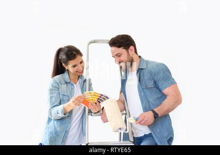 Couple holding paint swatches choix des couleurs pour la peinture nouvelle maison Banque D'Images