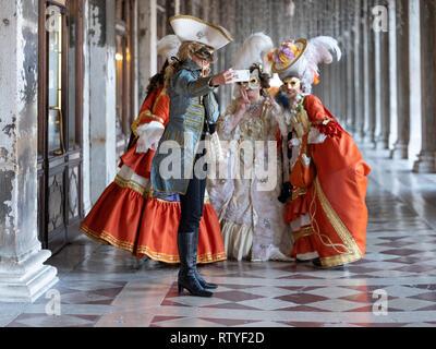 Un groupe de dames à la fête des masques de Venise ayant un groupe photographie prise avec un téléphone mobile Europe Italie Venise