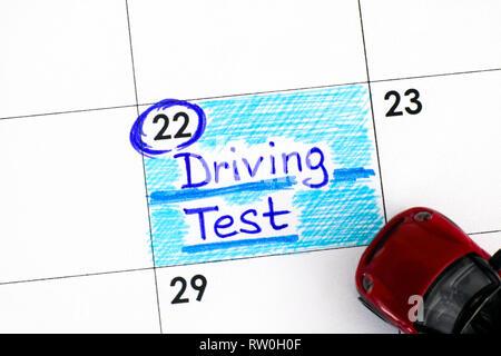 Test de rappel calendrier avec petite voiture rouge. Close-up. Banque D'Images