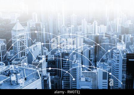 La ville moderne avec des données à haute vitesse à Internet et réseau de communication. Concept de cyber réseau dans grande ville avec copie espace.
