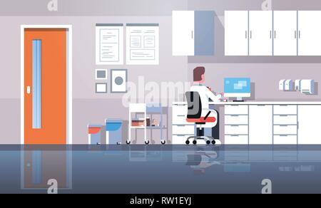 Séance de travail en utilisant l'homme dentiste vue arrière de l'ordinateur médecin en uniforme de travail clinique moderne office interior plate horizontale Banque D'Images