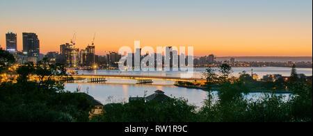 Vue depuis le Parc des Rois pendant le crépuscule à l'est sur le pont Narrows le long de la Swan River et de l'estran de Perth Banque D'Images