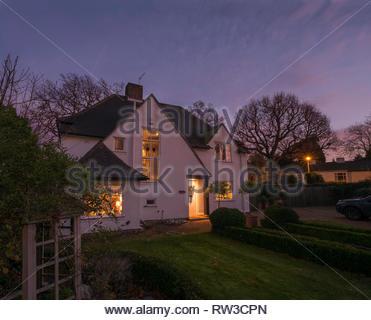 Une maison et jardin la nuit à Chislehurst en Angleterre. Banque D'Images