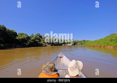 Bateau avec deux touristes méconnaissable de circuler sur la rivière Aquidauana dans le Pantanal brésilien, Brésil, Amérique du Sud