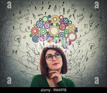 Portrait d'une jeune femme avec cerveau à crémaillère colorés au-dessus de la tête. Professionnels de l'émotion, la pensée positive avec des flèches et des courbes comme mess pensées. F Concept Banque D'Images