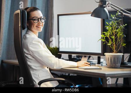 Jeune femme séduisante pigiste travaillant sur pc à la maison. Concept de liberté et de créativité. Bureau à domicile. Office de robe. Banque D'Images