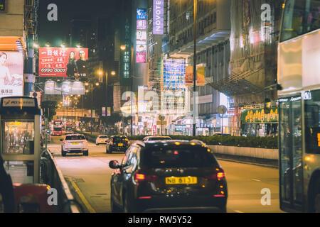 Hong Kong, Hong Kong - 16 octobre 2018: Les gens voyagent dans la nuit de la rue Nathan Road. Banque D'Images