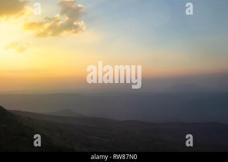 De style vintage abstract blur bokeh orange sur le terrain à l'automne, la lumière et la montagne le jeune photographe à la recherche de paysages à l'heure pendant la golden sun rise ba