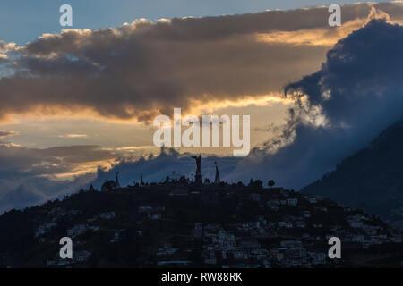 Vue d'El Panecillo, petite colline dans le centre de Quito, au coucher du soleil, à partir de l'Itchimbia. Banque D'Images